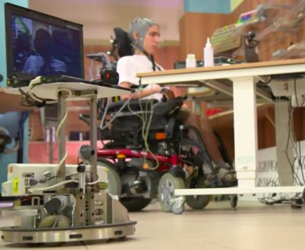 Des personnes handicapées pilotent un robot à distance, par la pensée