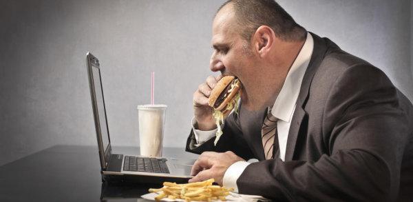Manger seul à son bureau: mauvais pour la santé