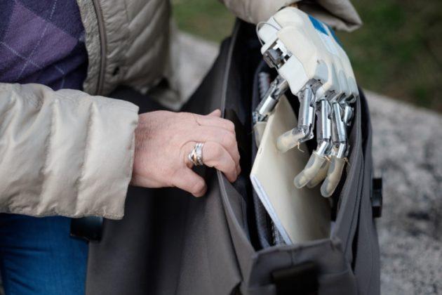 Une main bionique qui améliore la proprioception